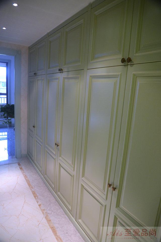 与厨房橱柜材质相同,实木